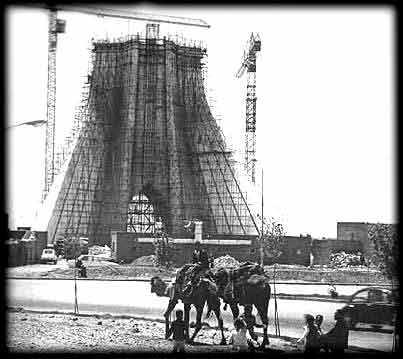 کارگران مشغول ساخت برج هستند...                                                 شترها رو می بینید که مصالح حمل می کنند؟